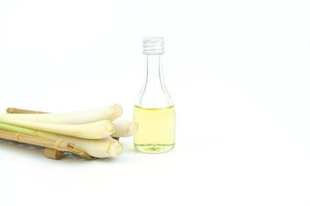 Óleo essencial de capim limão espremido frio com capim-limão fresco em branco