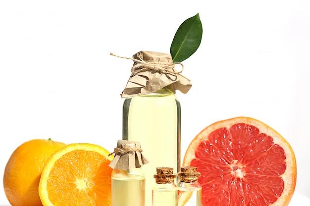 Óleo essencial de citrinos. toranja e óleo de laranja em garrafas de vidro