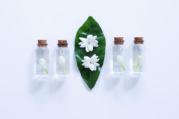 Óleo essencial de flor de jasmim na sobre branco