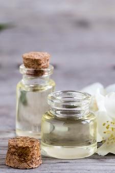 Óleo essencial de jasmim. óleo de massagem com flores de jasmim