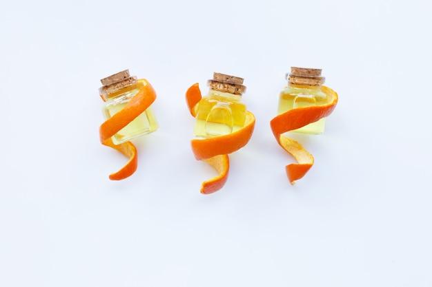 Óleo essencial de laranja em branco.