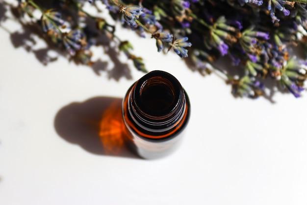 Óleo essencial de lavanda closeup cosmético natural para aromaterapia facial e corporal, vista superior