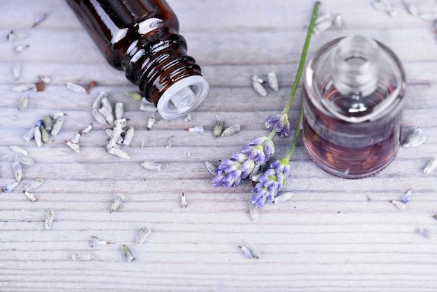 Óleo essencial de lavanda em garrafa e flores secas
