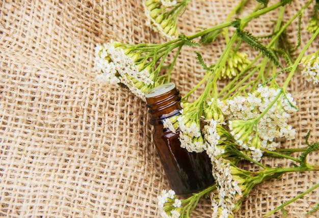 Óleo essencial de milefólio uma garrafa pequena
