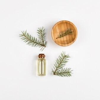 Óleo essencial de pêlo-árvore em frasco de vidro. a vista do topo. fundo branco.