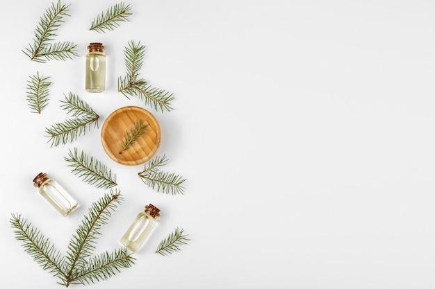 Óleo essencial de pêlo-árvore em garrafas de vidro. a vista do topo. fundo branco.
