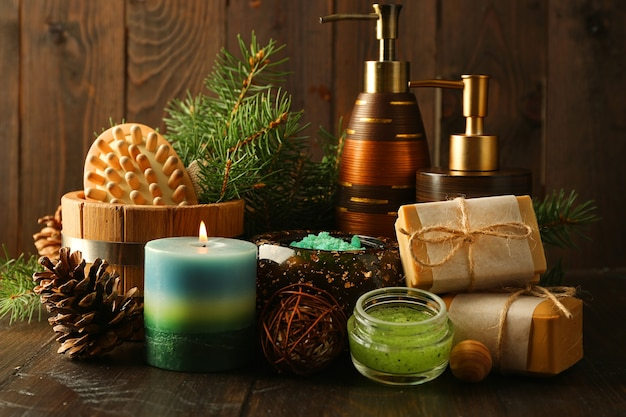 Óleo essencial de pinho, sabonete artesanal e creme com extrato de pinho e tratamentos de spa em madeira