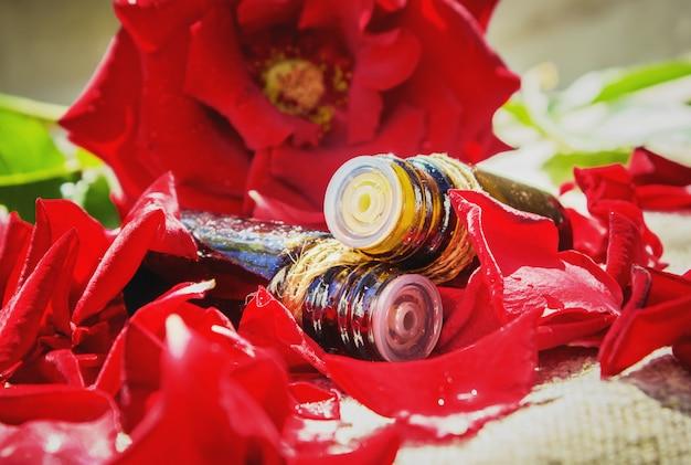 Óleo essencial de rosa em um pequeno pote. foco seletivo.