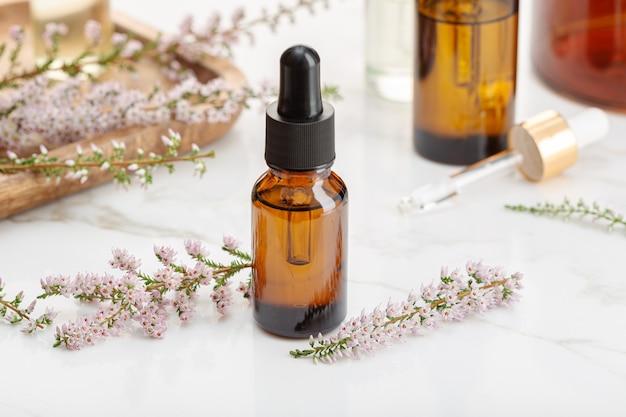 Óleo essencial de urze em garrafa âmbar. remédios herbais