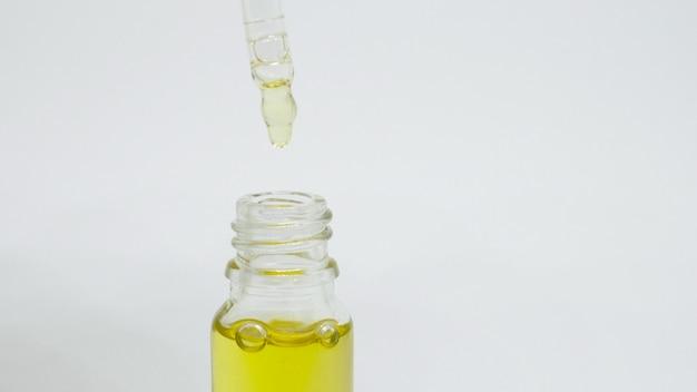 Óleo essencial em frascos pequenos. foco seletivo. natureza Foto Premium