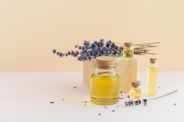 Óleo essencial ou aromático de lavanda orgânica em vários frascos de vidro