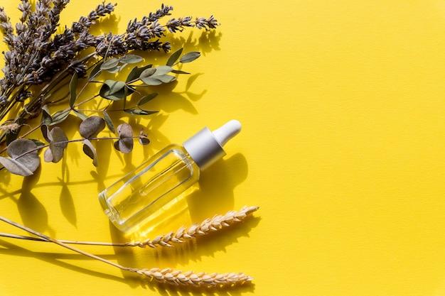 Óleo essencial, remédios naturais e flores de lavanda secas
