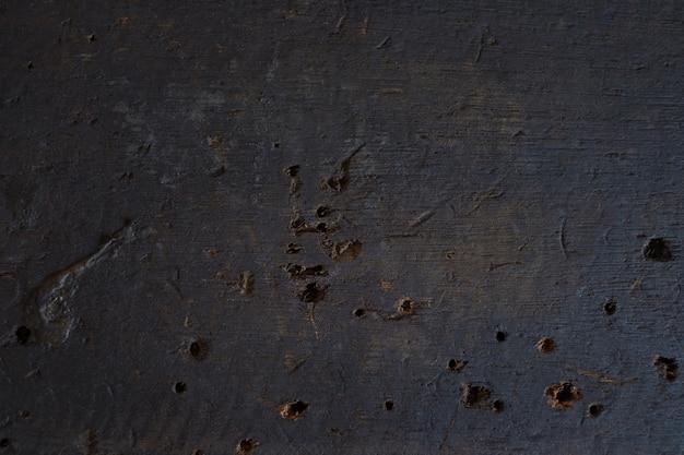 Óleo manchado e furação na madeira velha