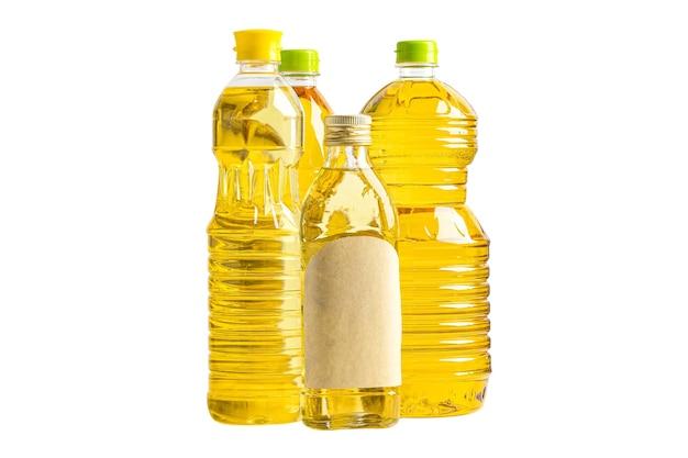 Óleo vegetal com azeite de oliva em garrafa para cozinhar em fundo branco com traçado de recorte