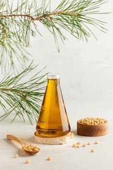 Óleo vegetal de cedro, pinhões, um galho de uma árvore conífera