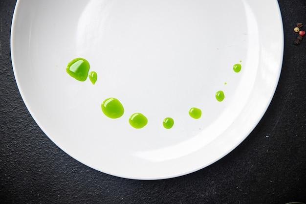 Óleo verde de hortelã salsa ou manjericão porção fresca pronta para comer refeição lanche na mesa cópia espaço comida