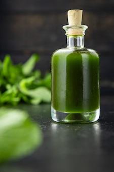Óleo verde ervas e especiarias alho salsa endro manjericão refeição com hortelã fresca lanche na mesa