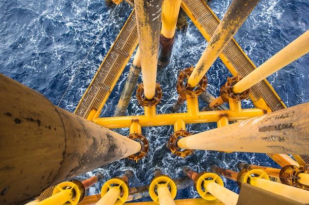 Oleoduto de petróleo amarelo de perfuração offshore e oleoduto de produção de gás.