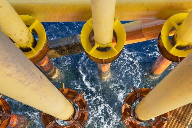 Oleoduto de produção de petróleo e gás amarelo de perfuração offshore.