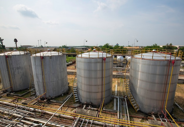Oleoduto e parque de tanques de armazenamento de petróleo na refinaria de petróleo.