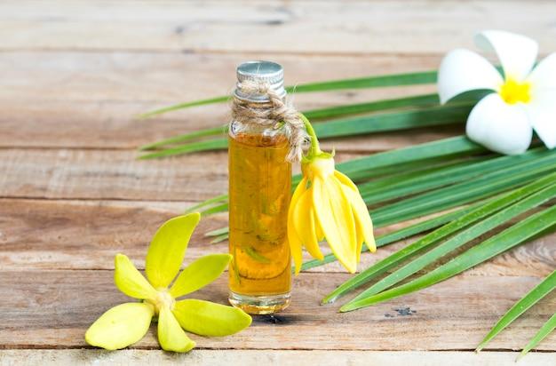 Óleos de aroma de ervas extraem flores de ylang ylang