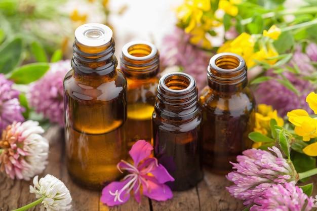 Óleos essenciais e ervas medicinais de flores