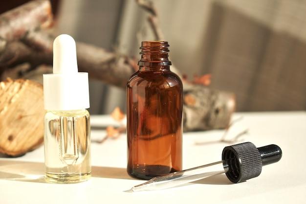 Óleos essenciais em garrafas com pipetas