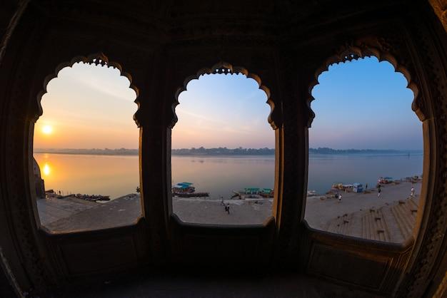 Olhando através da arcada do palácio majestoso em maheshwar, madhya pradesh, índia.