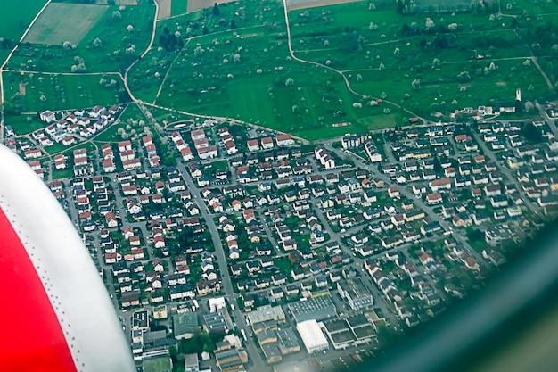 Olhando através da janela de aeronaves. vista de alto ângulo a partir do avião.