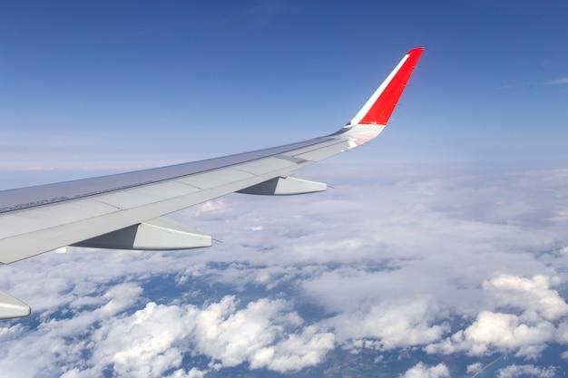 Olhando através de aeronaves de janela durante o vôo na asa