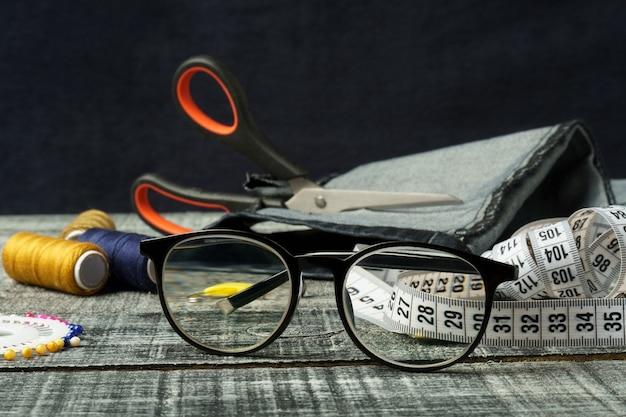 Olhando através de óculos para acessórios de costura óculos para visão em armações pretas