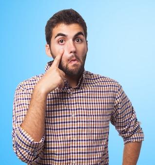 Olhando camisa do sinal de olho gesticulando