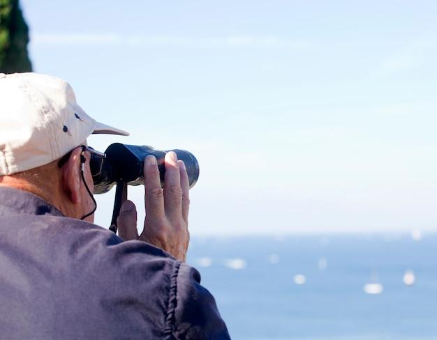 Olhando com binocular