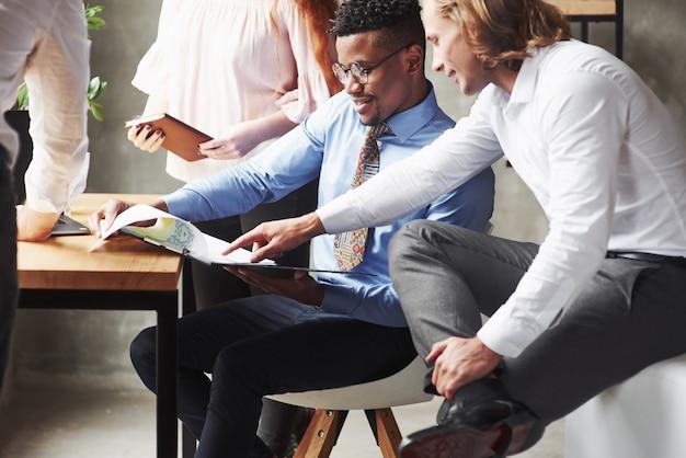 Olhando para a ilustração gráfica. trabalhadores de escritório conversando durante o trabalho.