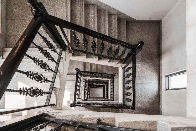 Olhando para baixo da escada em espiral