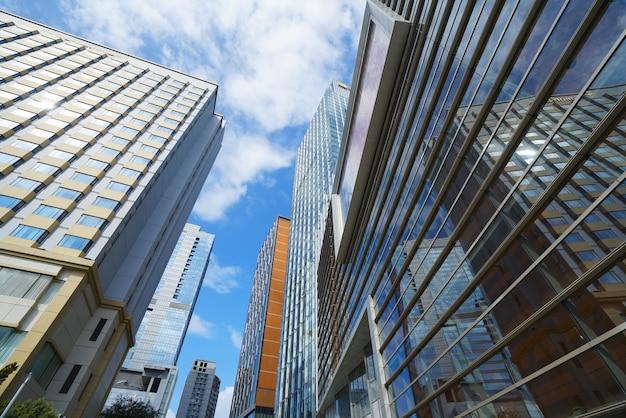 Olhando para cima azul moderno edifício de escritórios