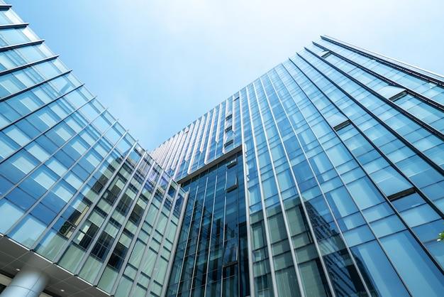 Olhando para cima, edifício de escritórios moderno azul