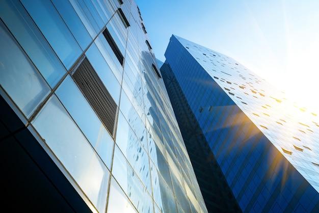 Olhando para cima, um prédio comercial moderno e azul