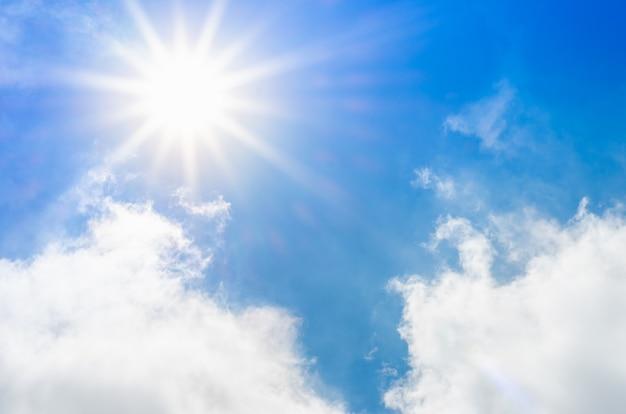 Olhando para o belo céu azul com raio de sol e nublado, fundo de natureza