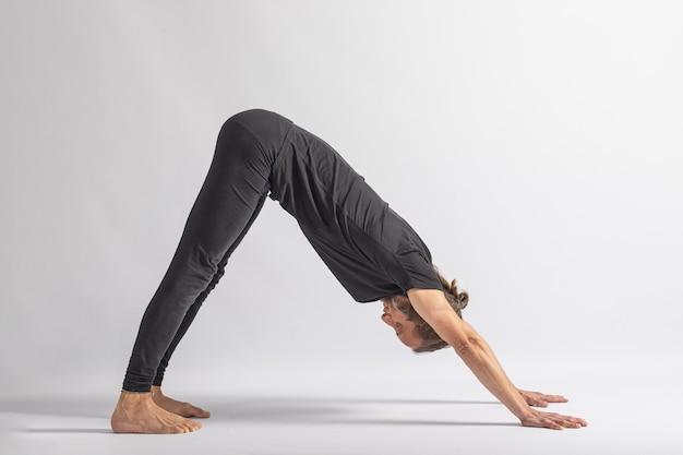 Olhando para o cão pose yoga postura asana