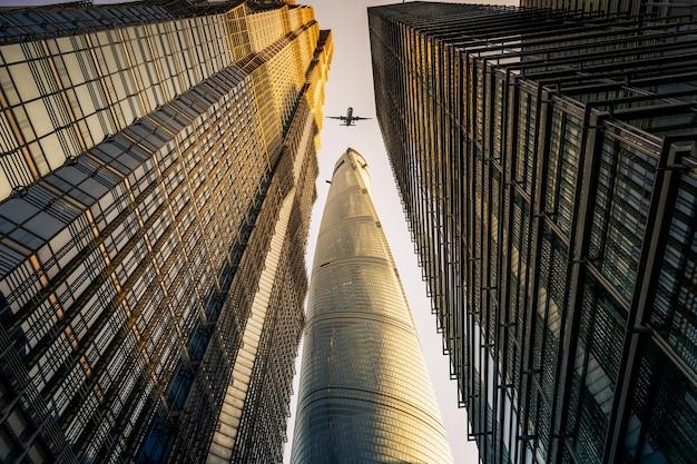 Olhando para o prédio moderno de escritórios de negócios exterior e céu