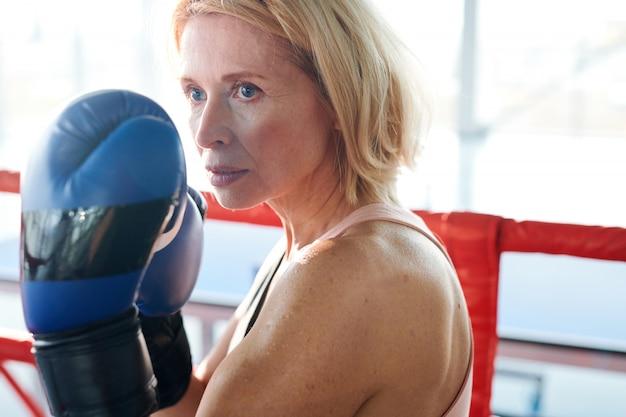 Olhando para o rival. mulher forte no ringue de boxe