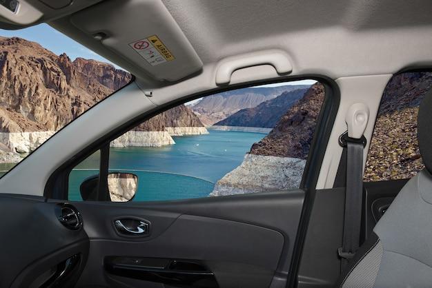 Olhando pela janela de um carro com vista do rio colorado em frente à represa hoover no lado de nevada, eua