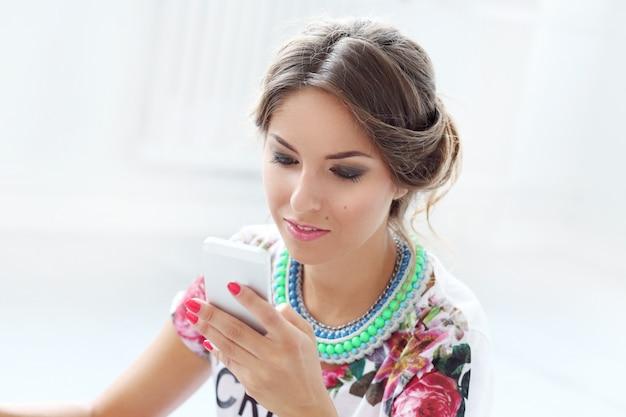 Olhar agradável da mulher no telefone