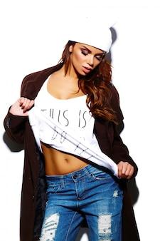 Olhar de alta moda. modelo de glamour elegante mulher jovem e bonita morena em pano hippie brilhante de verão em gorro branco no casaco