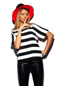 Olhar de alta moda. modelo elegante bonito mulher jovem e bonita glamour em pano hippie colorido de verão com chapéu vermelho brilhante