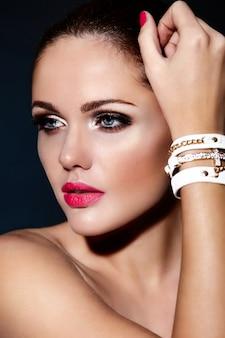 Olhar de alta moda. retrato de closeup glamour do modelo bonito caucasiano jovem morena com lábios rosa e pele limpa perfeita