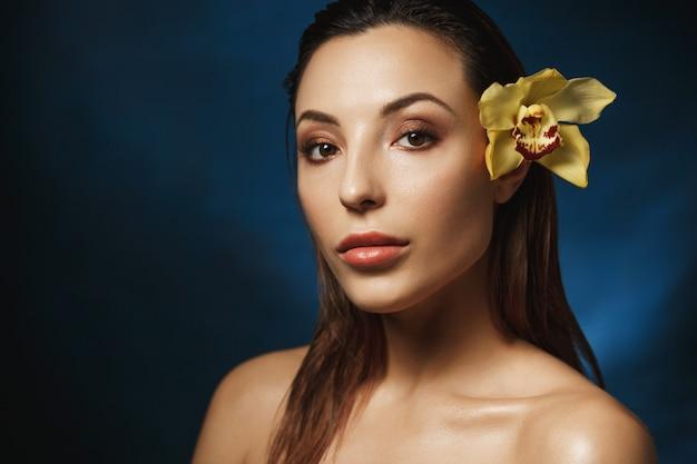 Olhar de maquiagem fresca. acabamento natural. mulher com cabelo para trás. conceito de moda.