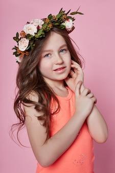 Olhar de verão brilhante garota grinalda de flores na cabeça