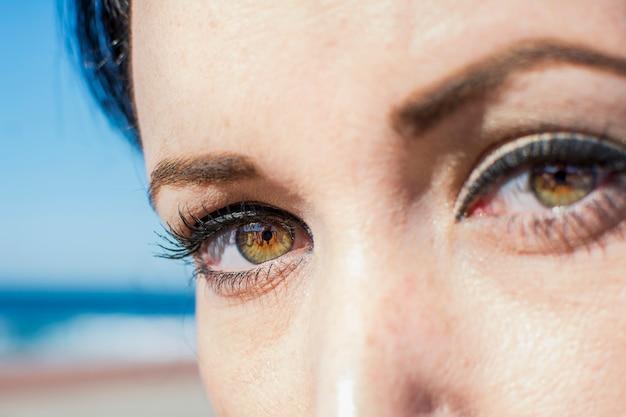 Olhar feminino com olhos verdes
